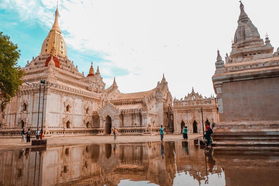 Ngôi đền Ananda Temple màu kem phủ thời gian, thật đáng tiếc nếu bạn không ghé qua bởi nó là ngôi đền có kiến trúc đẹp nhất Bagan.