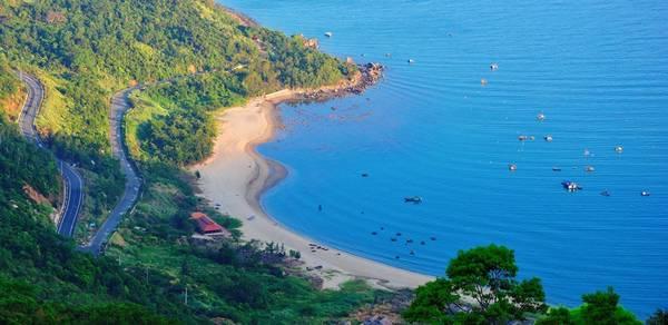 Bãi Bụt (Vịnh Bụt): Nằm ẩn mình trong một eo biển rất đẹp, bãi Bụt là nơi giao hòa giữa biển cả với núi rừng.