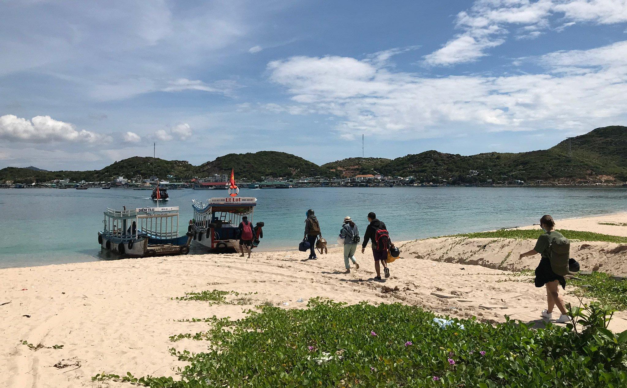 Tàu để qua đảo Bình Hưng