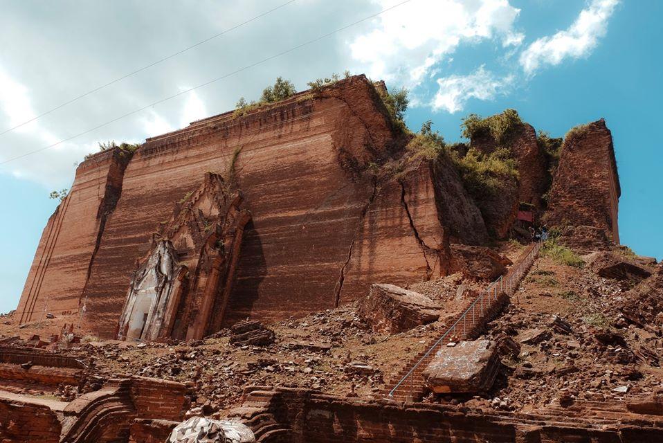1 góc Chùa Mingun Pagoda bị sụp đổ do dư chấn động đất