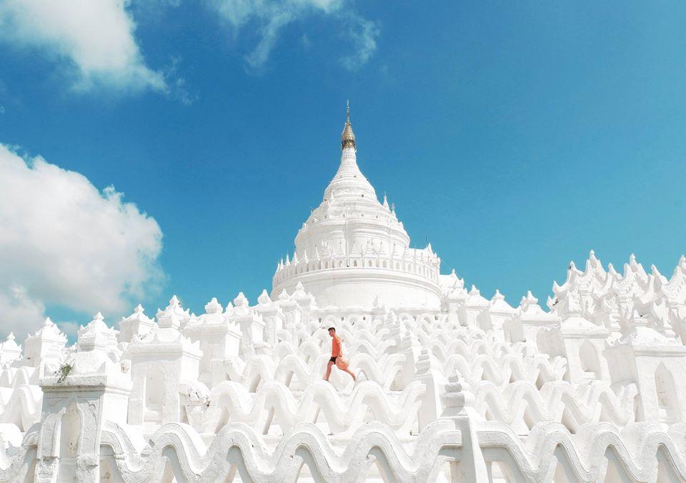 Chùa Hsinbyume Pagoda: nằm về phía Bắc của thành phố Mandalay, thuộc vùng Sagaing, bên dòng sông Irrawaddy, thuộc miền trung của Myanmar. Nếu từ Mandalay, đi đến đây mất chừng 45 phút đến 1 tiếng tùy theo mật độ lưu thông xe vì đường đi vùng Sagaing khá xấu và bụi. Ở cung đường này, bạn sẽ đi được 2 chùa rất gần nhau là Hsinbyume Pagoda và Mingun Pagoda. Dù gần nhau nhưng chúng lại khác biệt nhau hoàn toàn về lối kiến trúc.