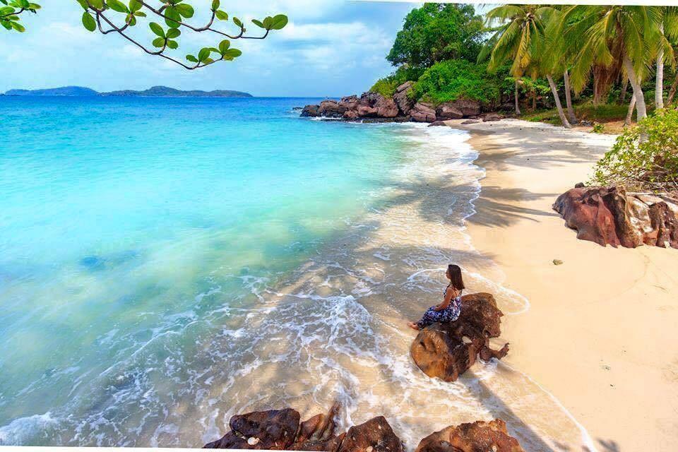 Hòn móng tay - bạn có thể thuê thuyền để đến đây khám phá, lặn ngắm san hô,...