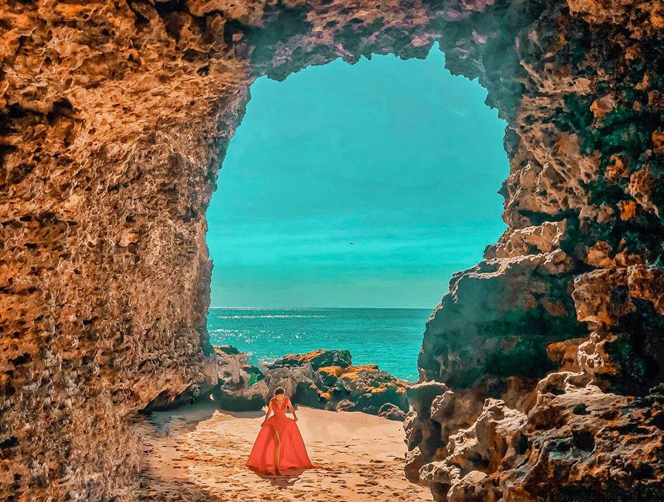 - bãi biển #TegalWangi Đây không phải là một bãi biển thương mại. Nó là một bãi biển hẻo lánh, đường xuống bãi biển này hơi khó khăn một chút. Nhưng thật sự với mình nó rất đẹp, thanh bình và điểm thu hút chính là hang động nhỏ đẹp như tranh vẽ, ngồi trong hang ngắm nhìn ra biển là cảm giác tuyệt vời nhất. Đặc biệt làm 2 chai bia ngồi nhâm nhi thưởng khung cảnh xung quoanh. Chẳng còn gì tuyệt hơn thế. Tôi chắc chắn khuyên bạn nên ghé thăm nơi này và ghi lại những khoảnh khắc đặc biệt ở đây. 🏷Điểm này rất gần với Rock bar nên các bạn có thể kết hợp nhé !