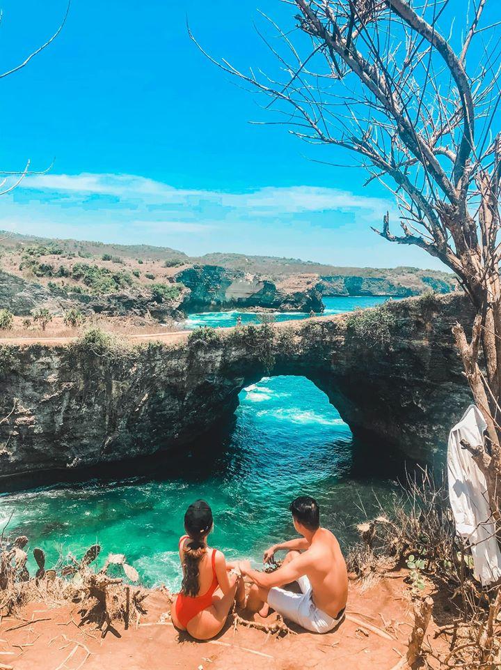 Biển Broken  Không có sóng yên biển lặng như những bãi biển khác, Broken Beach nổi tiếng với nhiều vách đá và đường đi khúc khuỷu. Đây là một địa điểm rất được yêu thích tại Nusa Penida, đặc trưng với vòm đá bị lõm ở giữa tạo nên góc view cực đẹp của Ấn Độ Dương. Nước biển tràn vào hồ thông qua một cái lỗ khổng lồ dưới vách núi bị bào mòn theo thời gian nhìn giống như bị vỡ. Hóa ra vì thế nó mới có tên gọi là Broken đấy!