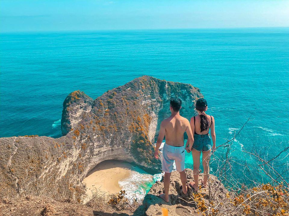 Kelingking nằm ở làng Bunga Mekar hẻo lánh, cách khoảng 1 giờ lái xe về phía tây. Đây là địa điểm nổi tiếng nhất trên đảo Nusa Penida. Đặc trưng với những tảng đá nhô ra tựa như hình thù khủng long T-Rex giữa biển. Từ trên cao nhìn xuống, bạn sẽ được chiêm ngưỡng tuyệt tác của thiên nhiên với biển xanh trong vắt, cát trắng, sóng biển dập dìu trắng xóa. Bạn cũng có thể trải nghiệm cảm giác băng qua lối đi hẹp dốc với những tảng đá sắc nhọn, vách đá cheo leo dựng đứng. Đây là một hoạt động khá mạo hiểm nhưng cực kỳ đáng giá. Vách đá cao này cũng là một trong những nơi được check-in nhiều nhất trên đảo.