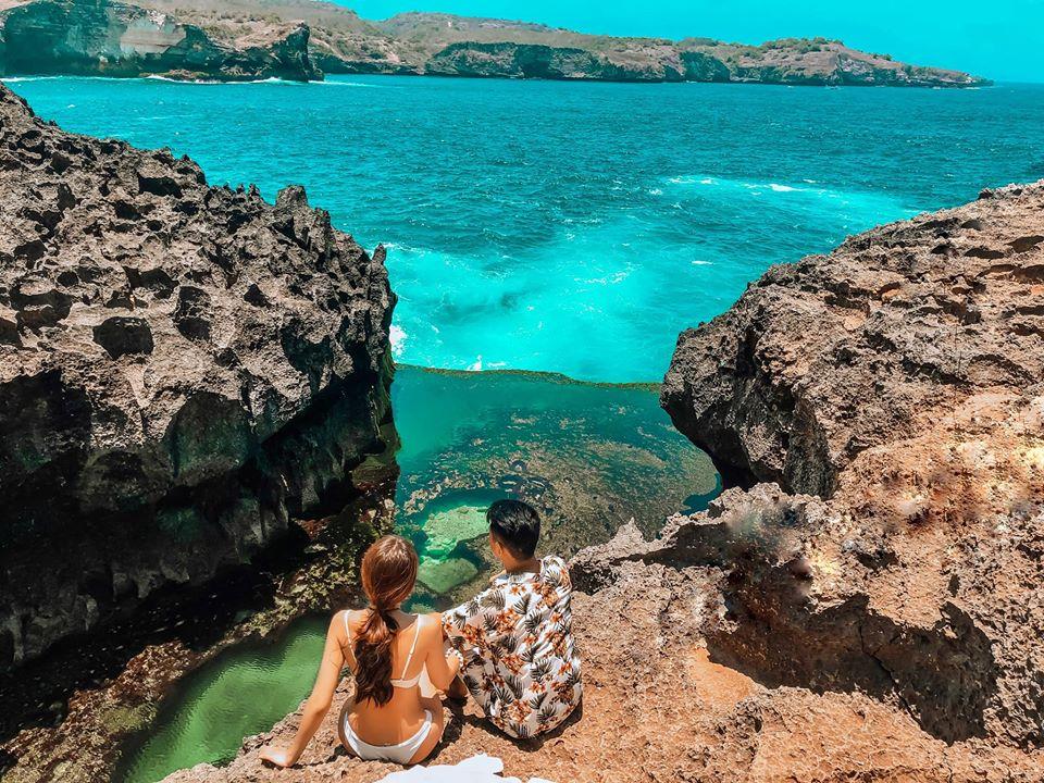 Angel Billabong  Nằm gần Broken Beach, Angel Billabong là một trong những điểm đến ly kỳ nhất tại đảo Nusa Penida mà bạn không thể bỏ qua.. Đây là một hồ hơi tự nhiên nằm giữa biển cả, với làn nước xanh trong như ngọc bích đến nỗi bạn có thể nhìn thấy tận đáy.